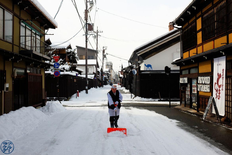 Voyage dans les alpes japonaise - Petit vieux de Takayama Gifu- Le Chameau Bleu Blog Voyage Takayama