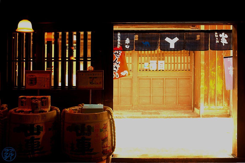 Entrée de la distillerie à Takayama Japon - Le Chameau Bleu Blog Voyage Takayama