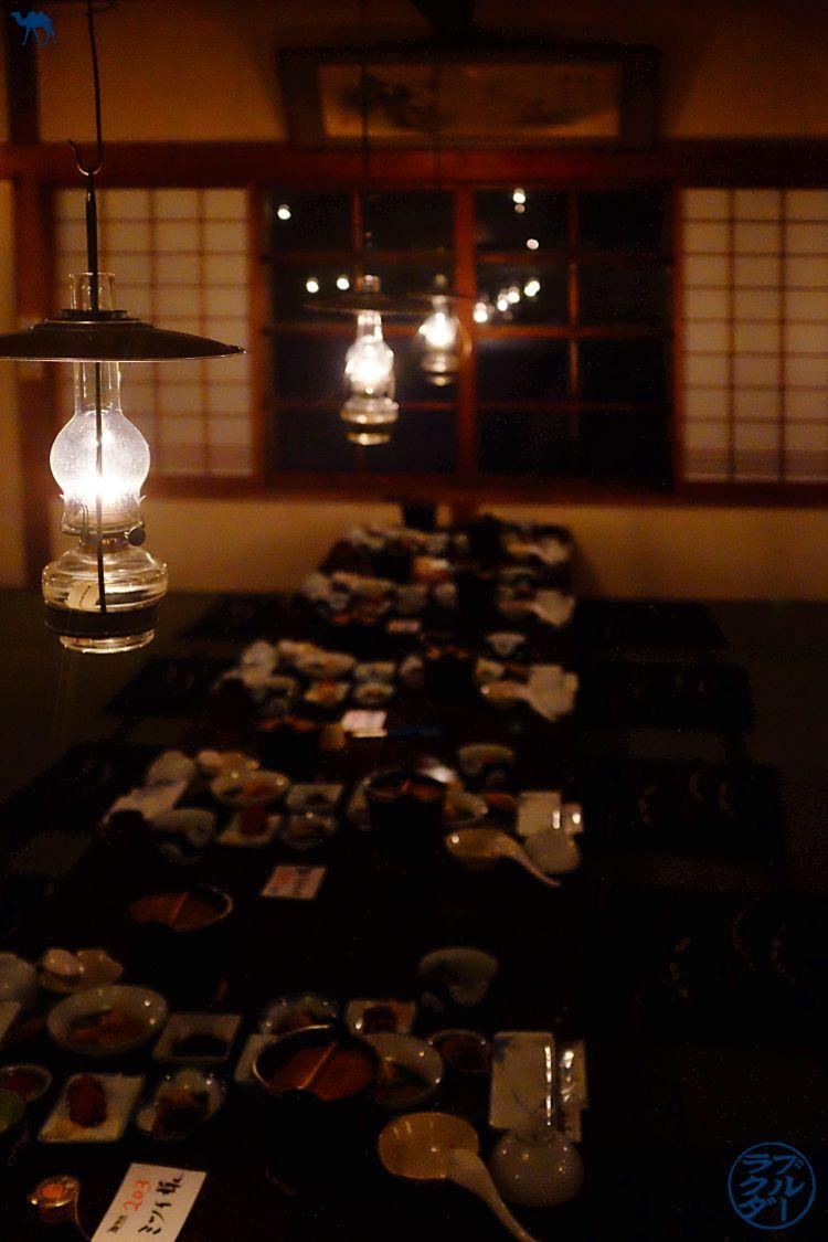 Le Chameau Bleu - Blog Voyage Onsen Japon - Repas dans la salle commune Aoni ONsen dans le Tohoku