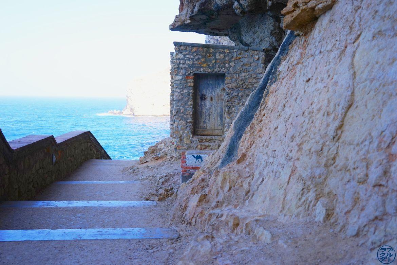 Le Chameau Bleu - Blog Voyage Sardaigne - Cabanon sur le chemin des Grottes de Neptune Sardaigne