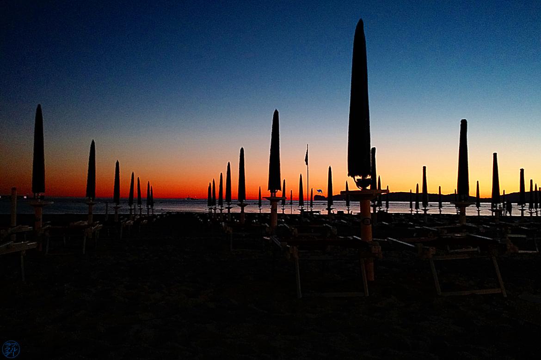 Le Chameau Bleu - Blog Voyage Alghero Sardaigne - Parasol de la Plage d'Alghéro Sardaigne