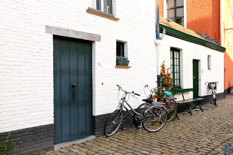 Le Chameau Bleu - Blog Escapade Gand - Façades des béguinages et ses vélos