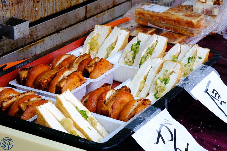 Le Chameau Bleu - Voyage au Japon dans le Tohoku - Stand de Tofu Yokote Sandwich de tofu au tofu :)