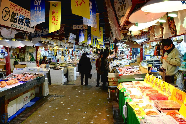 Le Chameau Bleu - Blog Voyage Tohoku - Allées du Marché au poisson de Aomori - Voyage dans le Tohoku au Japon