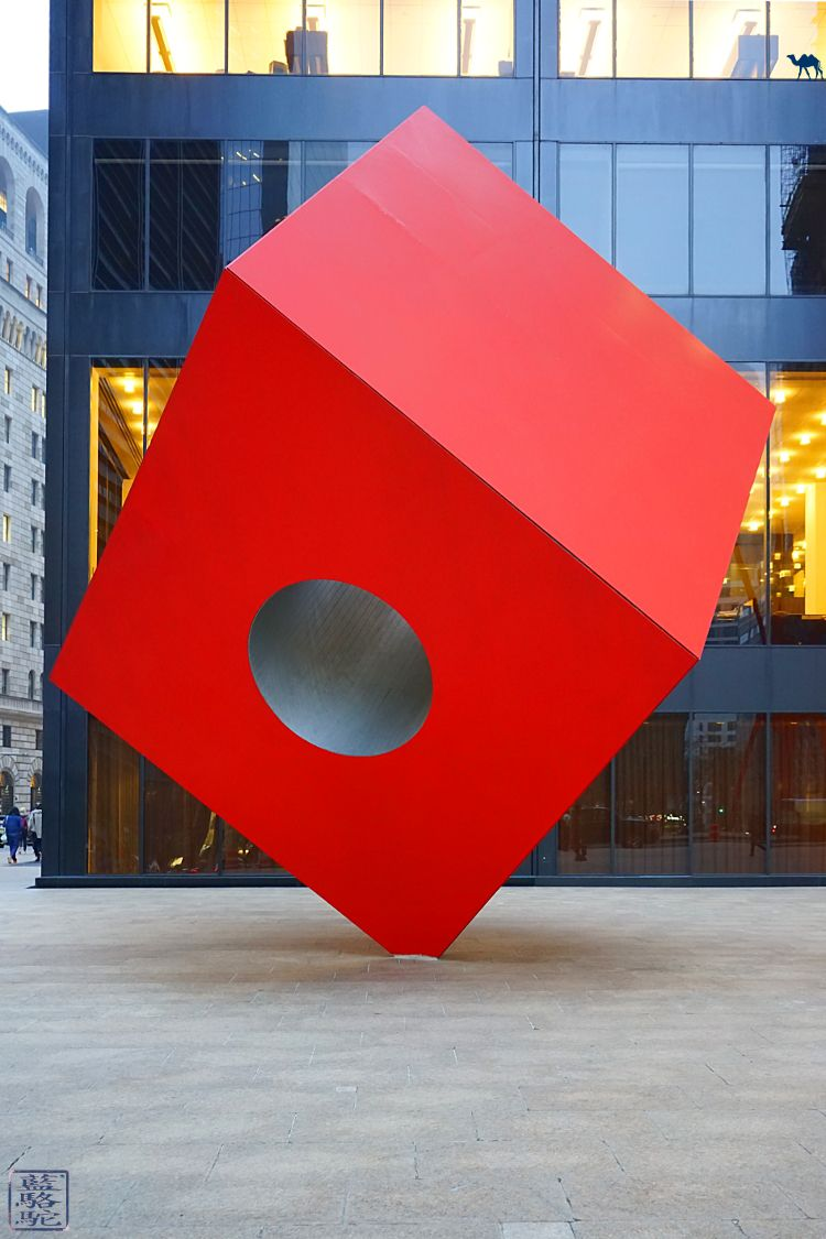 Le Chameau Bleu - Voyage Manhattan New York Sculpture Red Cube Noguchi
