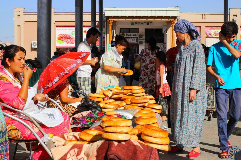 Le Chameau Bleu - Vendeuse de pain au bazar de Samarcande - Voyage Ouzbékistan