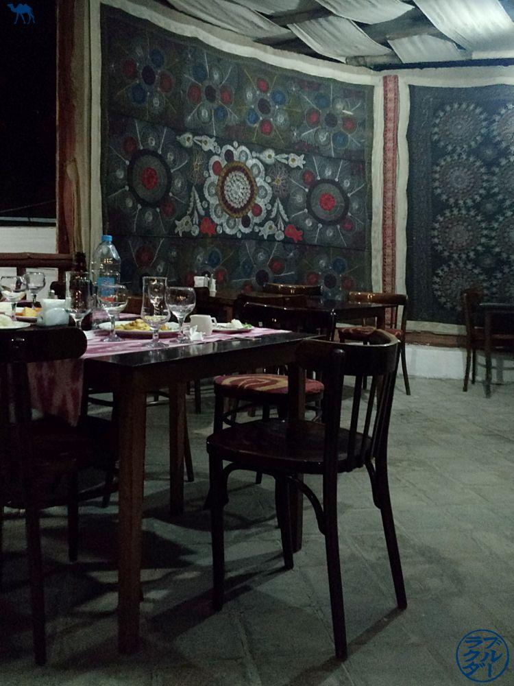 Le Chameau Bleu - Blog Voyage Boukhara Ouzbékistan - Salle du Restaurant Minzifa - Asie Centrale
