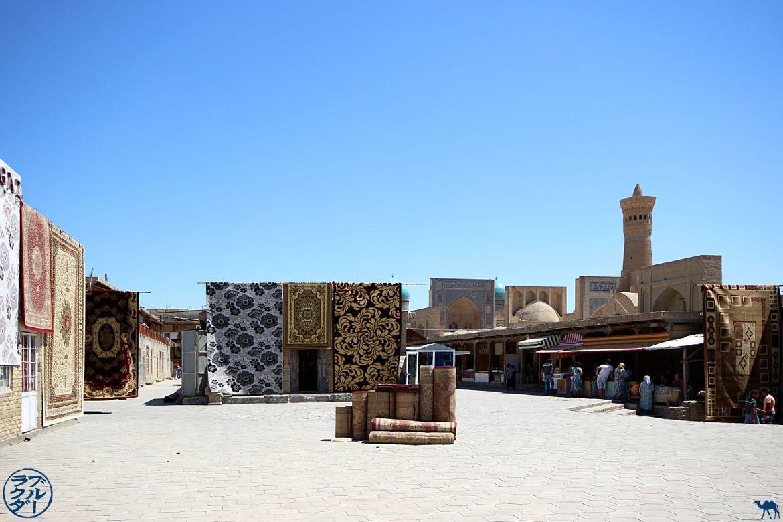 Le Chameau Bleu - Blog Voyage Ouzbékistan - Vendeur de tapis Ouzbek - Asie Centrale