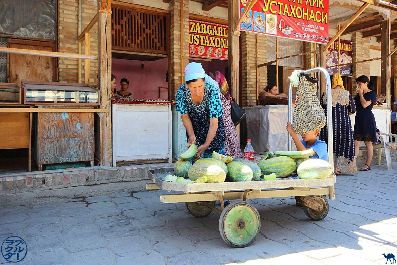 Vendeuse de Melon dans la ville de Boukhara - Voyage en Ouzbékistan - Le Chameau Bleu