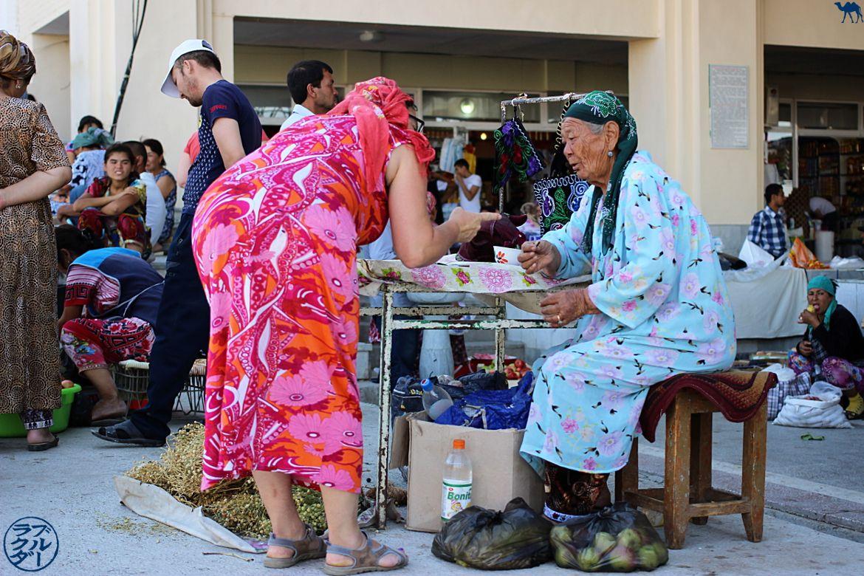 Le Chameau Bleu - Blog Voyage Ouzbékistan - Vendeuse du Marché de Samarcande