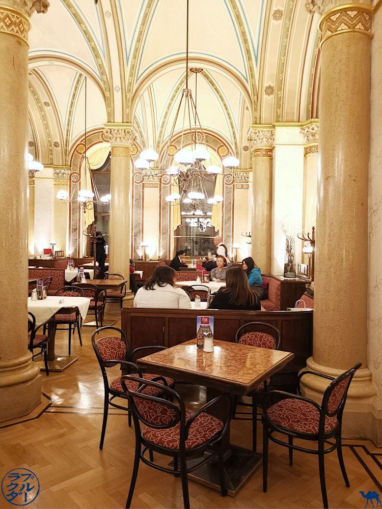 Le Chameau Bleu - Blog Voyage Autriche - Intérieur Café Central à Vienne