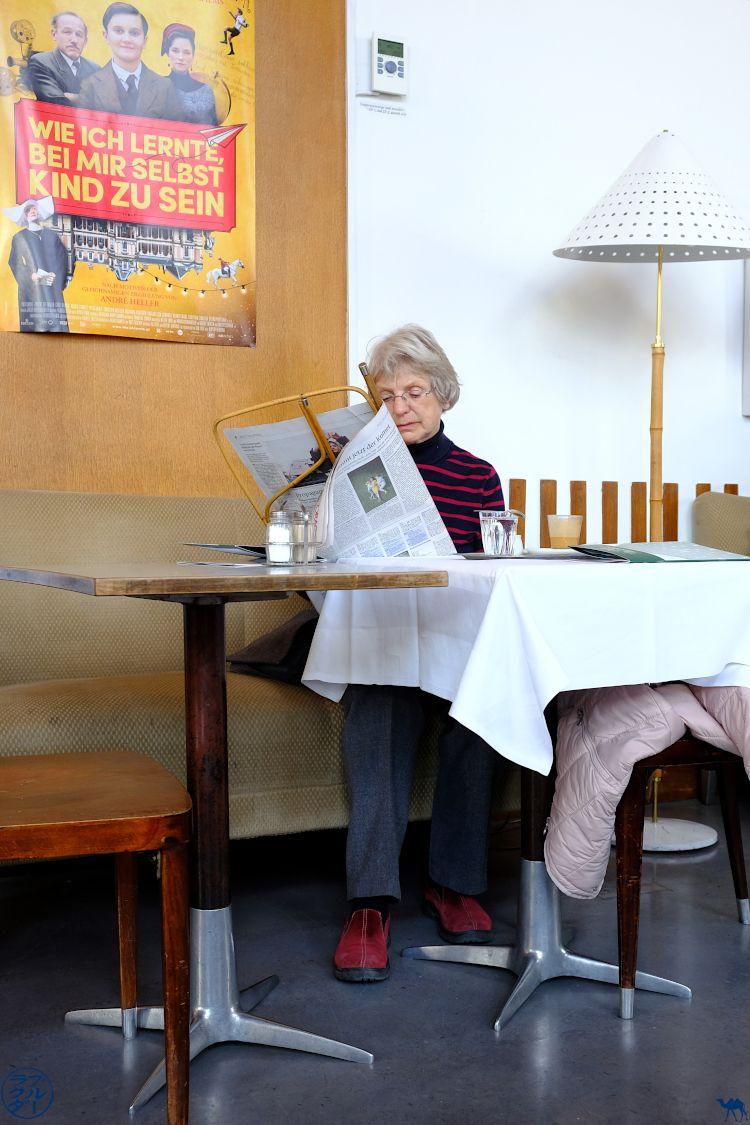 Le Chameau Bleu Blog Voyage Vienne - Liseuse au Café Pruckel