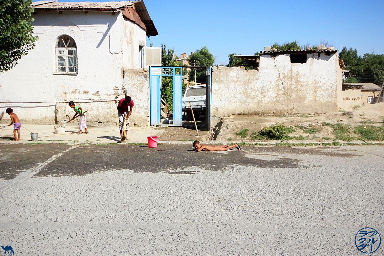 Le Chameau Bleu - Blog Voyage Ouzbékistan - Bronzette en pleine rue