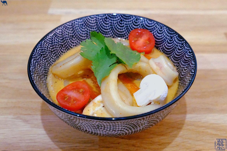 Le Chameau Bleu - Blog Voyage et Cuisine - Recette anneau de calamar - Recette thaïe d'un sauté de Calamar au curry et Coco