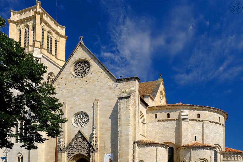 Le Chameau Bleu- blog voyage Canal des deux Mers -cathédrale saint caprais dans le Lot et garonne