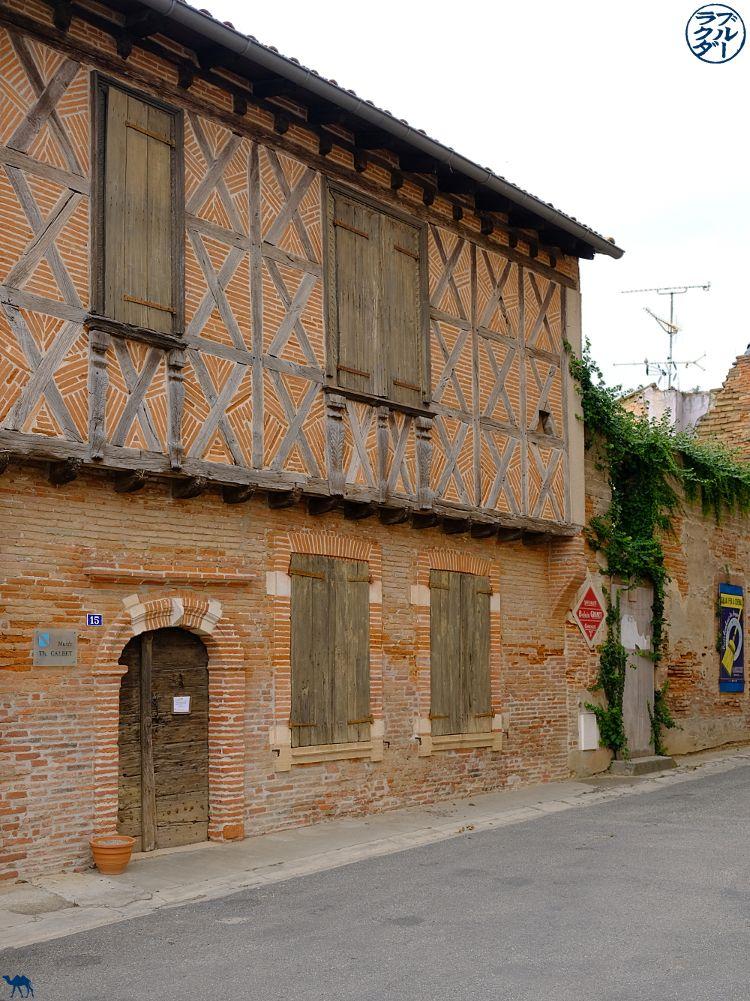 Le Chameau Bleu - Blog Voyage à Vélo sur le Canal des deux Mers - Façade de Grisolles en Tarn Et Garonne