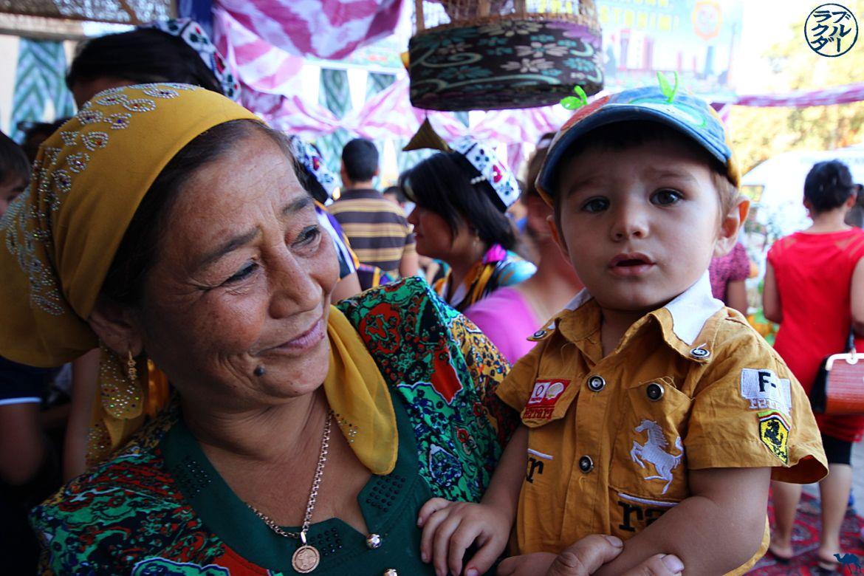 Le Chameau Bleu - Blog Voyage Ouzbékistan - Enfant de Khiva à la fete du melon