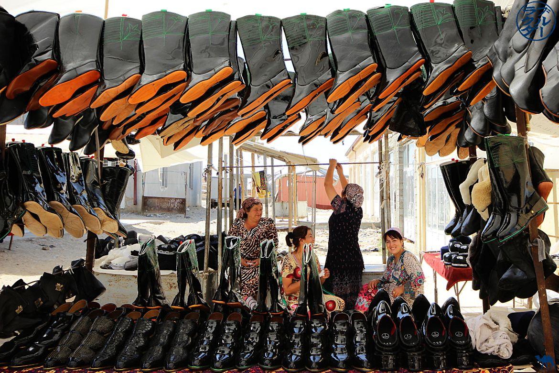 Le Chameau Bleu - Blog Voyage Ouzbékistan - Vendeuse de chaussures au Marché de Urgut Samarcande