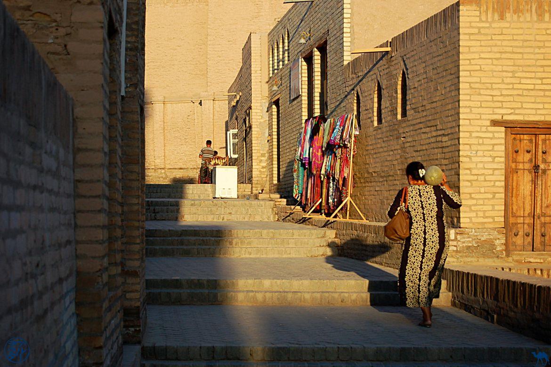 Le Chameau Bleu - Blog Voyage Ouzbékistan - Femme au melon à Khiva
