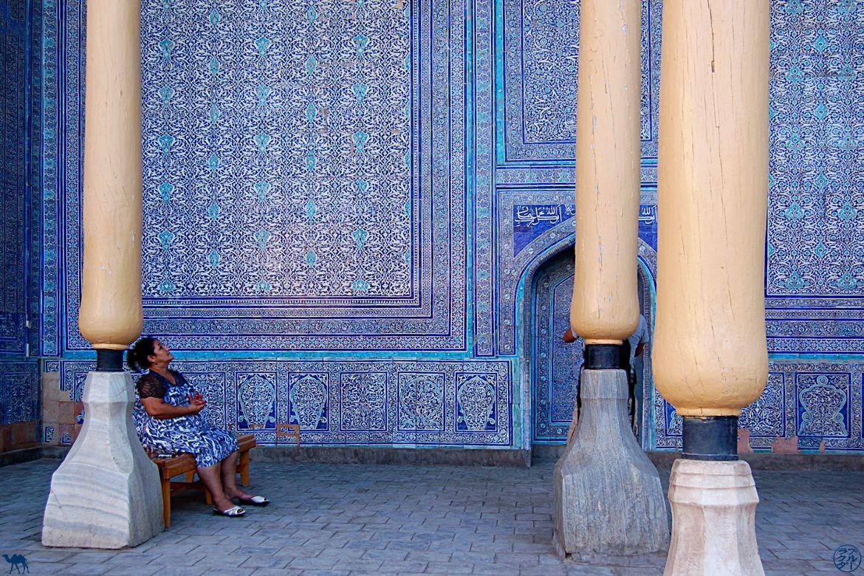 Le Chameau Bleu - Blog Voyage Ouzbékistan - Femme a la faience bleue - Asie Centrale