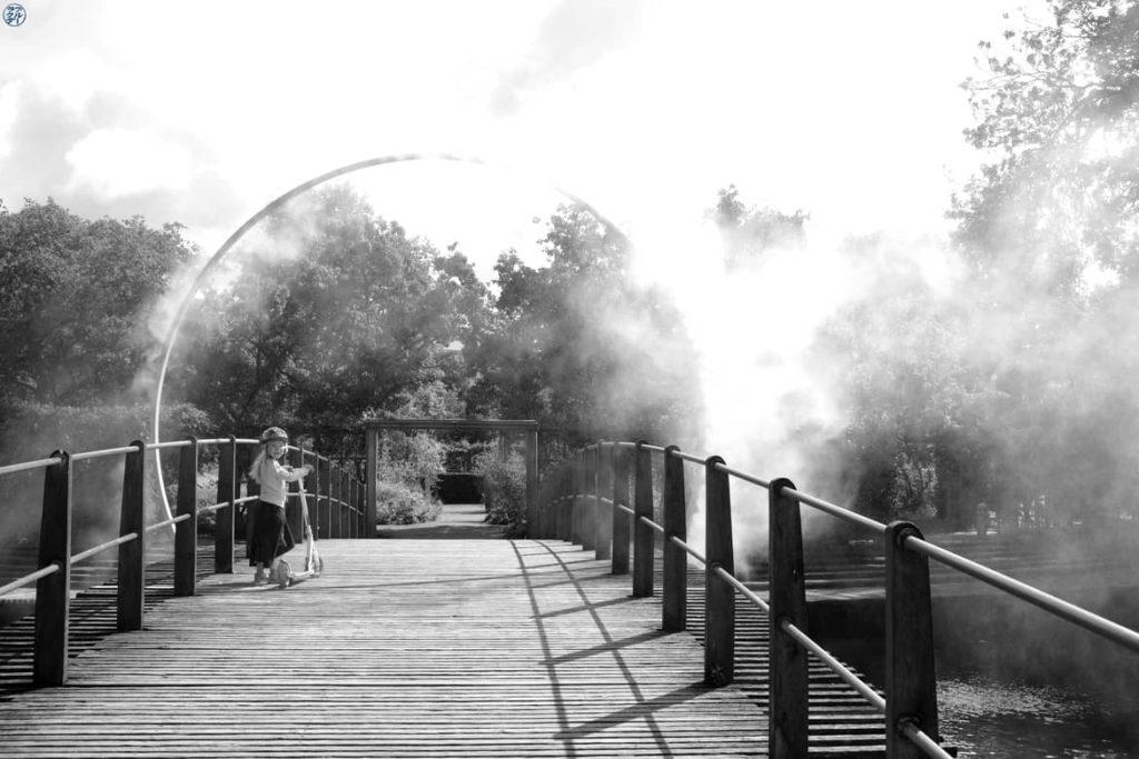 Le Chameau Bleu - Blog Voyage et Photo - Danemark - Jeune fille dans la brume Odense