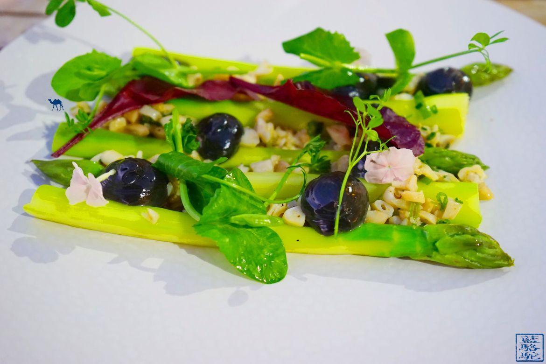 Le Chameau Bleu - Blog Gastronomie et Voyage - O Petit monde Restaurant Sanary - Asperge et couteau du restaurant O Petit monde
