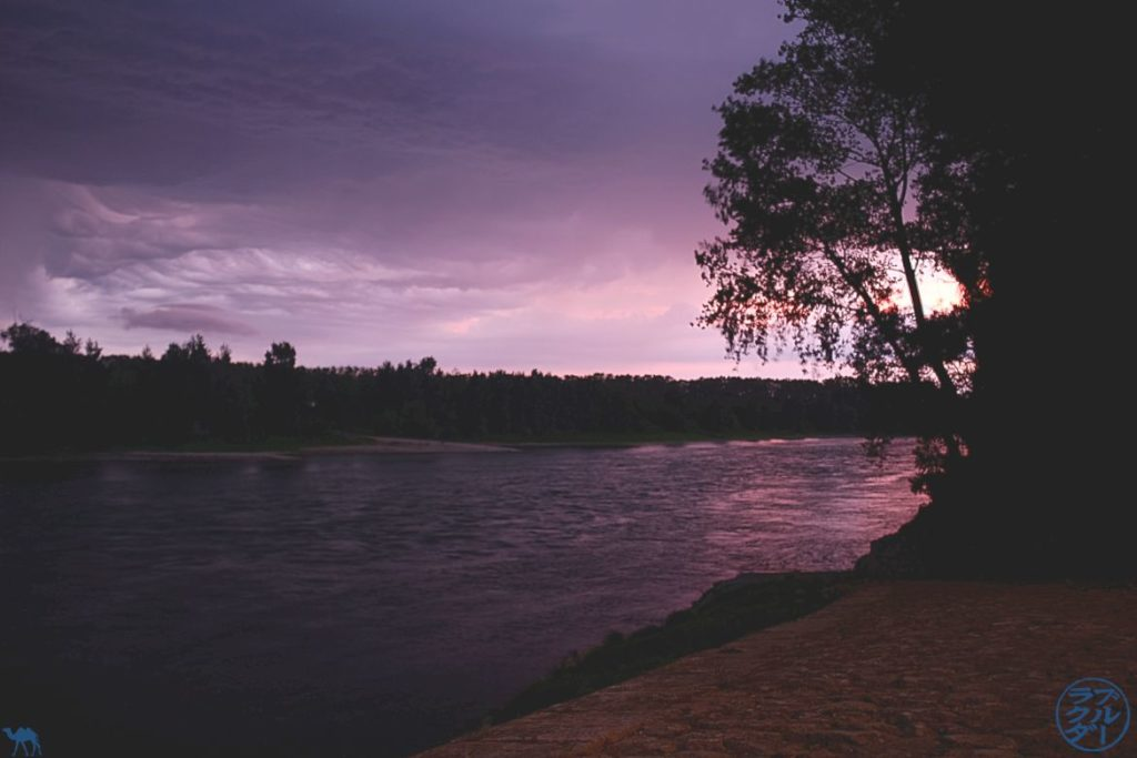 Le Chameau Bleu - Blog Voyage à vélo en Gironde - Bord de la Garonne sous un ciel orageux