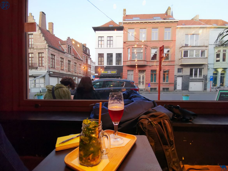 Le Chameau Bleu - Blog Voyage Gand - Vitrine du Café Infernal