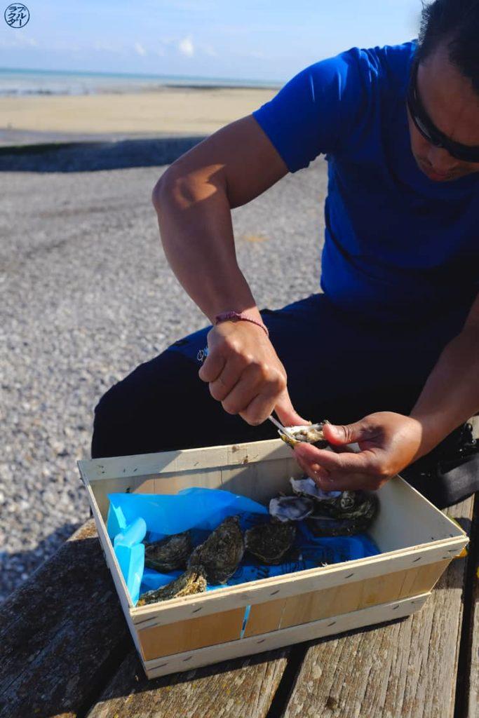 Le Chameau Bleu - Blog Voyage et Photo - Ouverture d'huitres à Veules Les Roses - Fécamp Dieppe à vélo