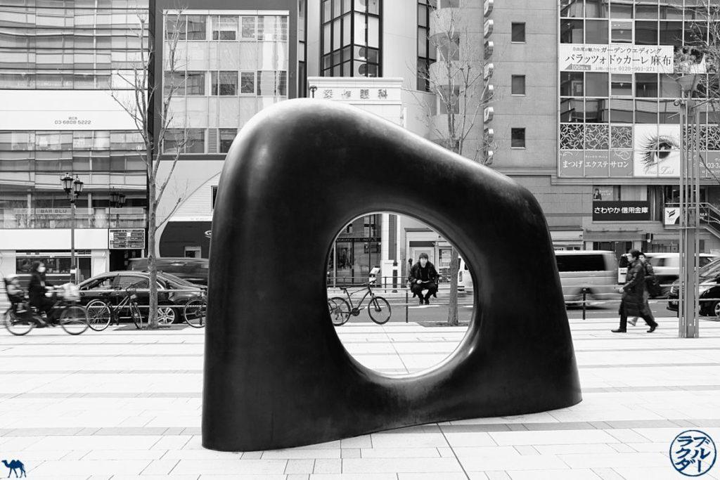 Oeuvre d'Art à Roppongi - tokyo Myomu de Ken Yasuda - Séjour au Japon Le Chameau Bleu