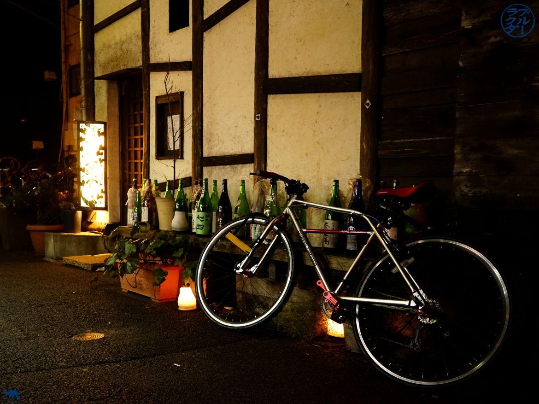 Le Chameau Bleu - Sara Bar à Saké à Tokyo - entrée du bar avec vélo