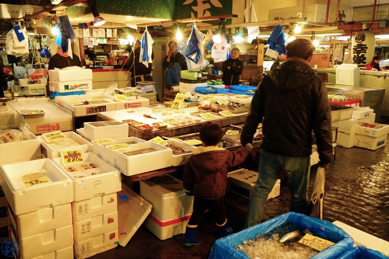 Le Chameau Bleu - Blog Voyage Tsukiji Tokyo - Stand du Marché de Poisson à Tsukiji - Chose a faire sur Tokyo Japon
