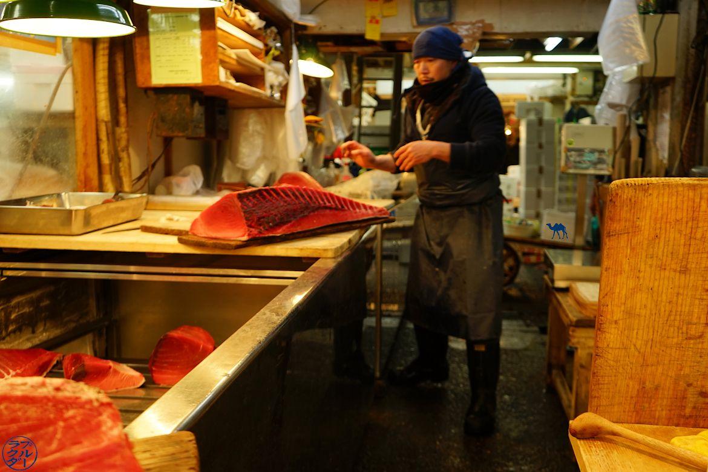 Le Chameau Bleu - Blog Voyage Tokyo Tsukiji - Vendeur de thon au Marché au poisson de Tsukiji