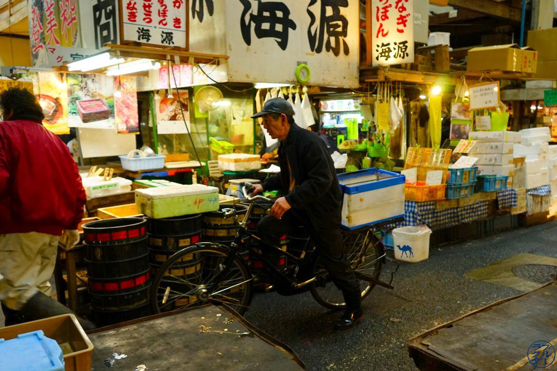 Le Chameau Bleu - Blog Voyage Tsukiji Tokyo - Le vieux à velo - Tsukiji Japon