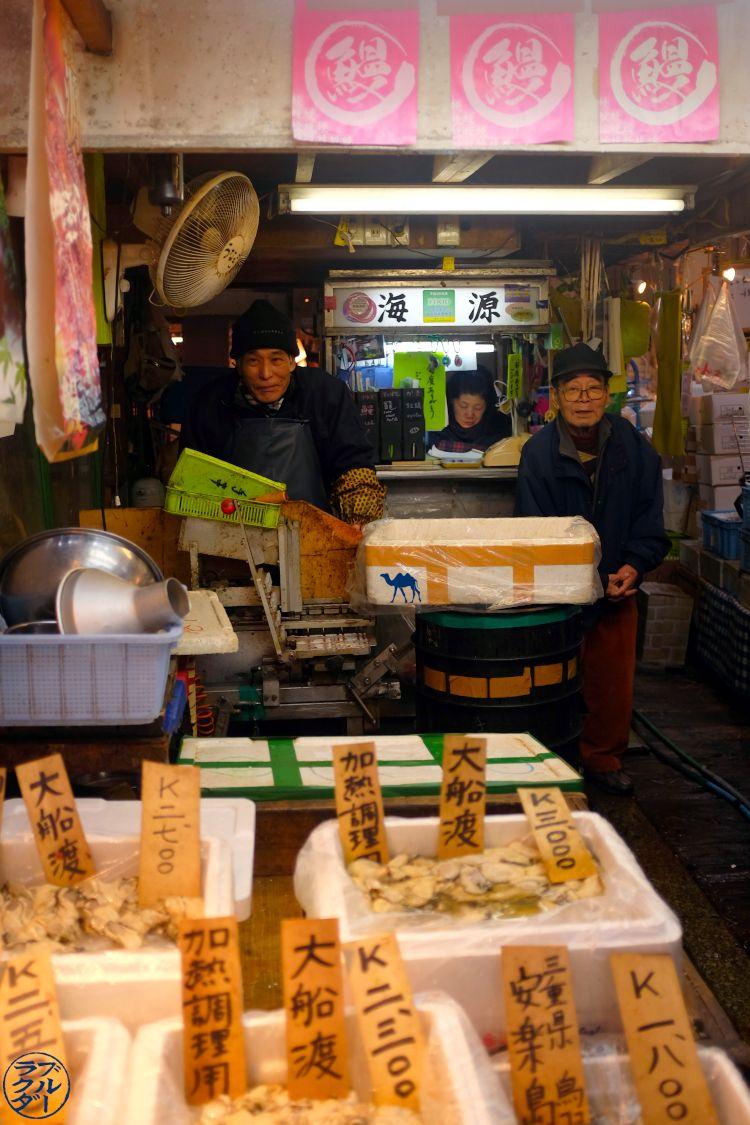 Le Chameau Bleu - Blog Voyage Tokyo Tsukiji - Vendeur du Marché au poisson de Tsukiji Japan