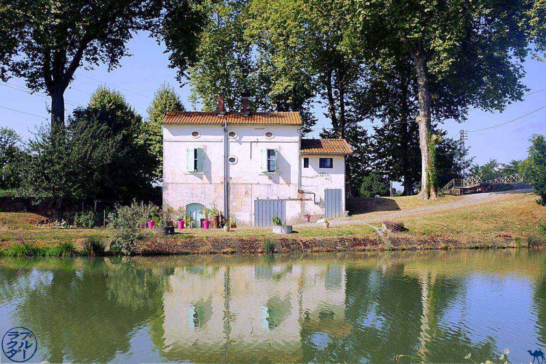 Le Chameau Bleu - Blog Voyage Canal des 2 mers à Velo - Maison éclusière le long du Canal des 2 mers Maison éclusière