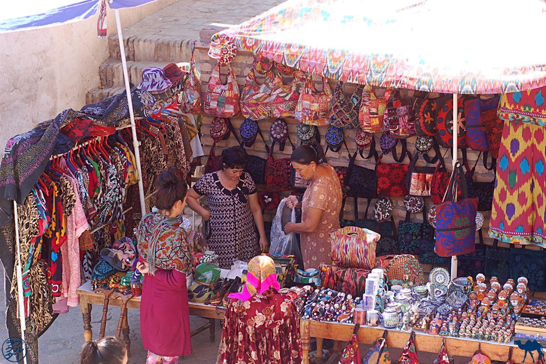 Le Chameau Bleu - Blog Voyage Ouzbékistan -Vendeuse de Suzanis - Asie Centrale