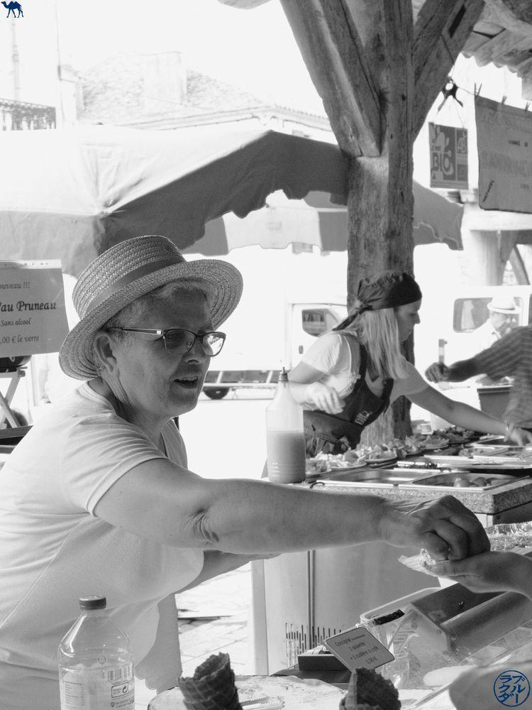 Le Chameau Bleu Blog Voyage Lot Et Garonne- Vendeuse de Pruneau au Marché Gourmand