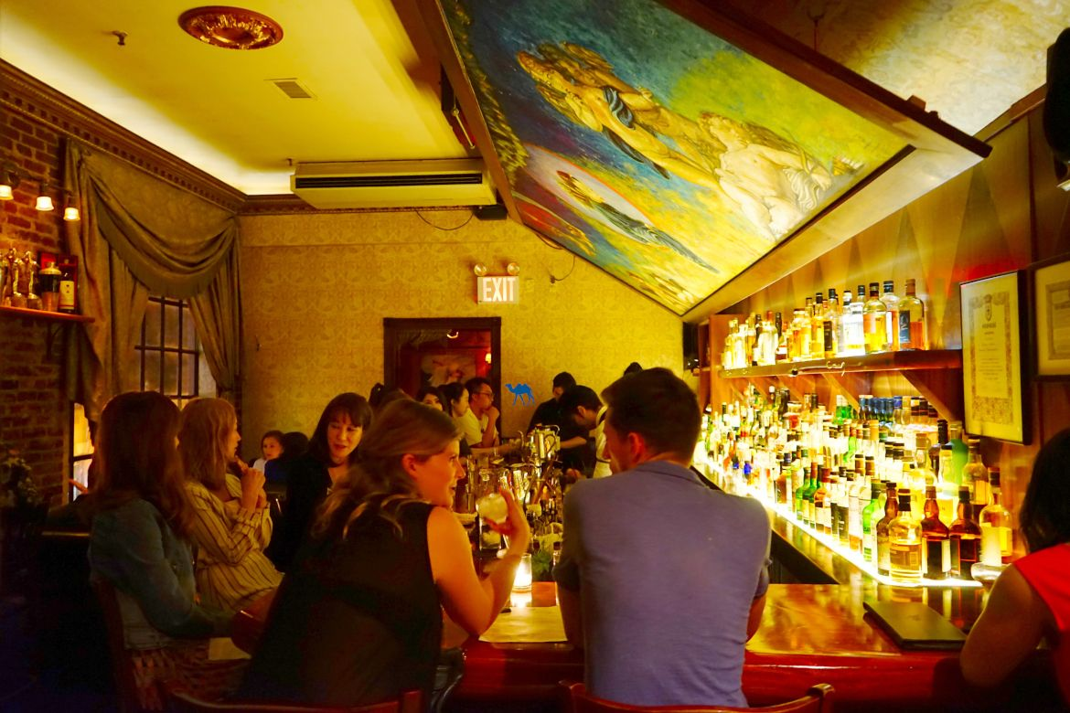 intérieur Angel's Share - Le Chameau Bleu Speakeasy Cocktail à New York