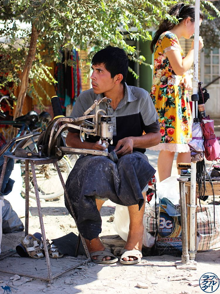 Le Chameau Bleu - Blog Voyage Ouzbékistan - artisan à Khiva
