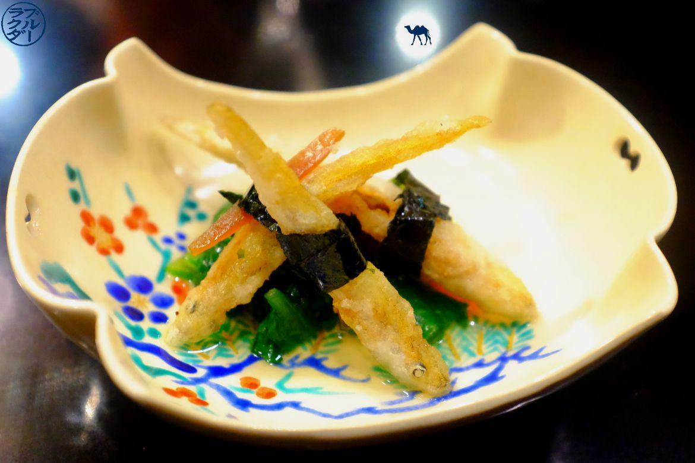 Le Chameau Bleu - Blog Gastronomie et Voyage - petits éperlans frits Chrysanthème et melon salé - Guilo Guilo Restaurant à Montmartre