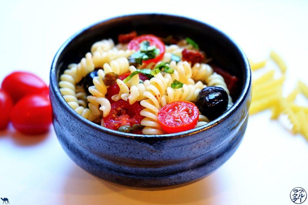 Le Chameau Bleu - Blog Cuisine - Recette de Salade de pâte - Tomate - Câpre - Olive - Ngo Gai