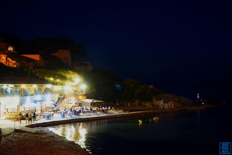 Le Chameau Bleu - Blog Gastronomie et Voyage - O Petit monde Restaurant Sanary - Terrasse d'O petit monde dans la nuit