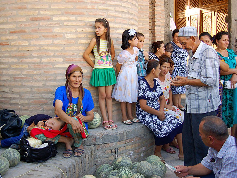 Le Chameau Bleu - Blog Voyage Ouzbékistan - Vendeuse de melon Khiva - Asie Centrale