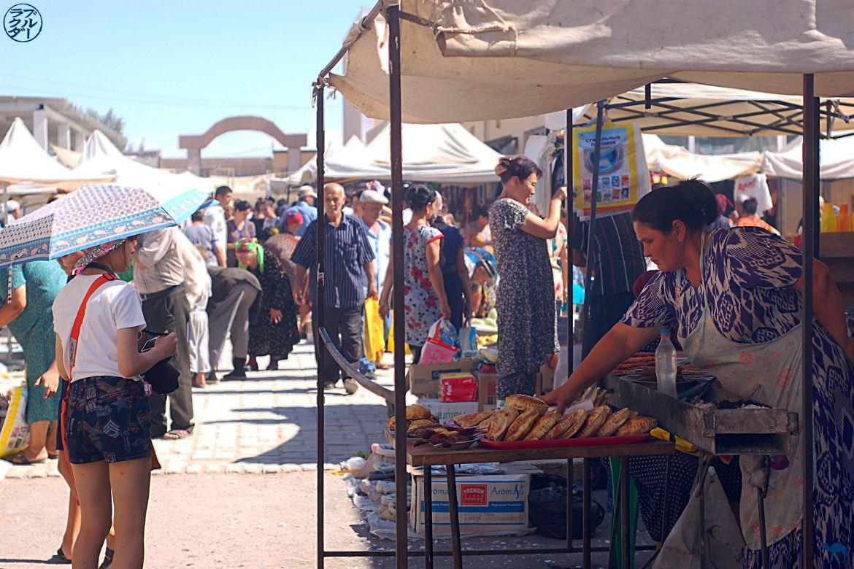 Le Chameau Bleu - Blog Voyage Ouzbékistan - Vendeuse ouzbek de Brochettes